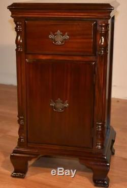 1910s pair of English Chippendale mahogany nightstands bed side tables