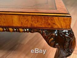 Antique Anglais 1910s Chippendale Ronce De Noyer En Cuir Top Table Basse