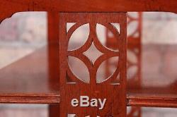 Baker Furniture Charleston Historique En Acajou Sculpté À Quatre Niveaux Ou Tableau Étagère