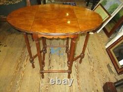 Baker Furniture Co. Petit Noyer Burled Drop-leaf Table Porte-jambe