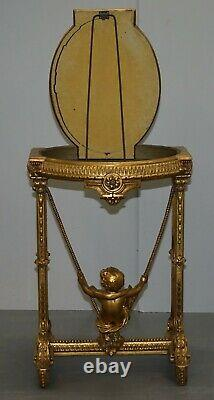 Circa 1920 Gold Giltwood Table Occasionnelle Avec Mirror Top & Cherub Putti Swing