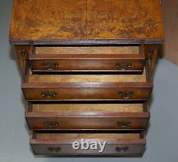 Coffre De Taille De Table Latérale De Noix De Bavure Vintage De Tiroirs Avec Le Plateau De Service De Butlers