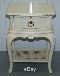 Collection Ivoire Willis & Gambier Table De Chevet Etagère Butlers Partie D'une Suite