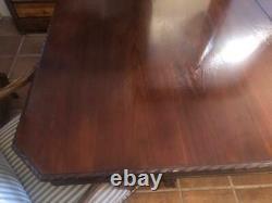 Grand Antique Style Chippendale Acajou Table À Manger, Bords Taillés Une Feuille