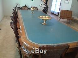 Grande Élégante Table De Conférence De Style Chippendale Avec 16 Chaises Assorties