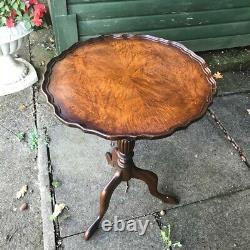 Old Mahogany Walnut Pie Crust Edge Trépied Lamp Side Wine Table Hollywood Regency