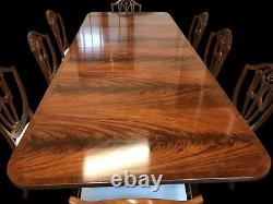 Rare Exquis 9ft Grand Regency Style Flame Acajou Table Française Polie