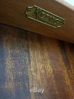 Table De Bout De Table De Chevet En Acajou Avec Armoire À Fil Chippendale Federal Kling