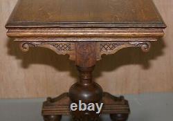 Table Latérale En Chêne Massif Sculpté À La Main Hollandaise Pour S'asseoir À Côté D'une Partie De Bureau De Grande Suite