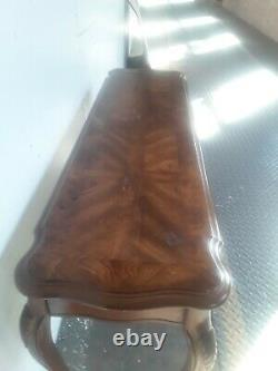 Une Magnifique Table À La Noix De Noyer De Style Chippendale Vintage Avec Pieds De Boule Et De Griffe