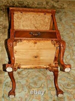 Vintage Chippendale Table Avec Tiroir Et Tablette Inférieure Sculptée Pattes De Griffe De La Balle